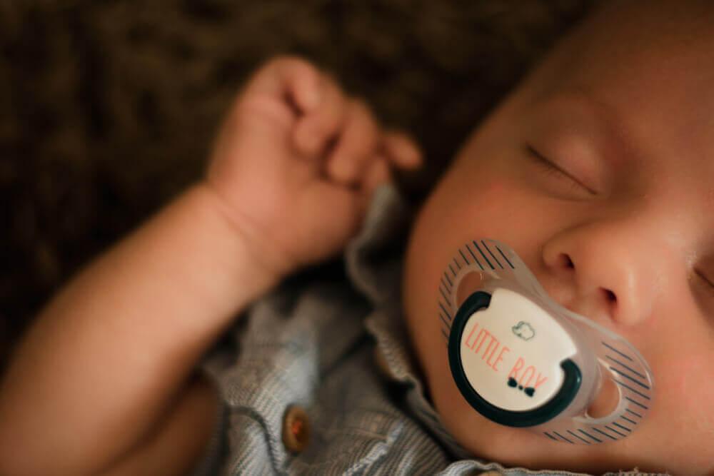 bébé qui dort avec sa suce