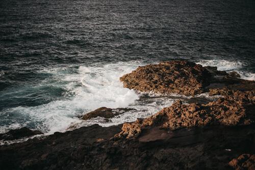 L'Atlantique et la roche volcanique gran canaria