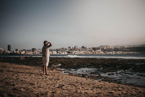 Mon père qui regarde l'horizon lointain Las Palmas de Gran Canaria
