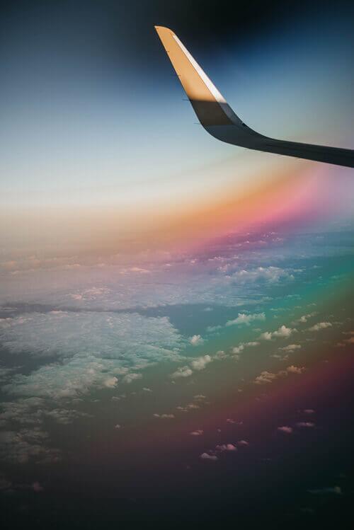 Les nuages et les couleurs de l'arc-en-ciel depuis l'avion