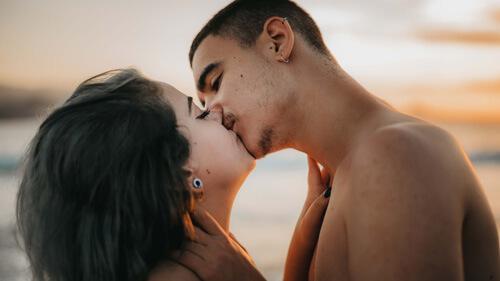 Les amoureux s'embrassent
