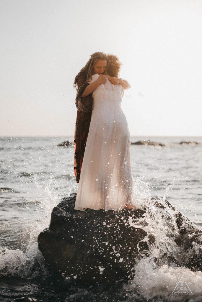 photographe Une histoire de sœurs sur un rocher en mer